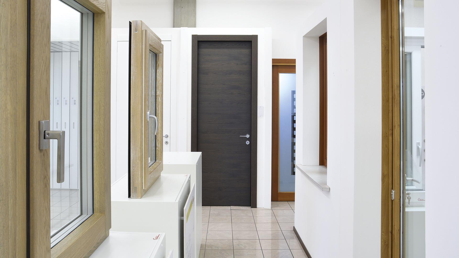 Showroom serramenti finestre porte interne e blindate - Spi porte e finestre ...