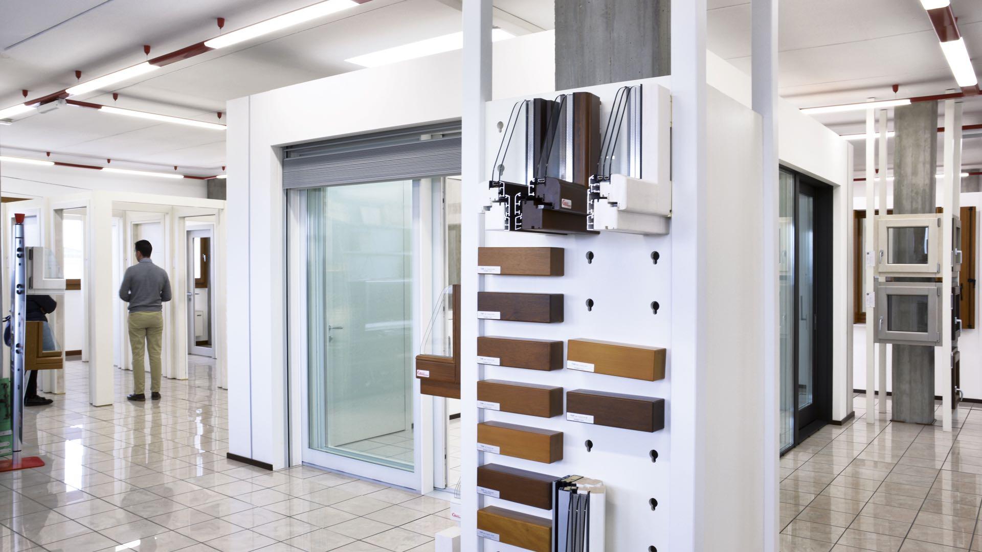 Showroom serramenti finestre porte interne e blindate - Finestre e porte ...