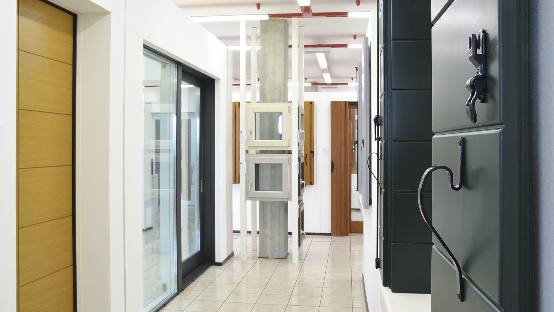 Showroom serramenti finestre porte interne e blindate - Porte e finestre blindate ...